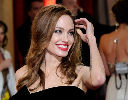 Angelina Jolie Has A Double Mastectomy To Prevent Cancer!