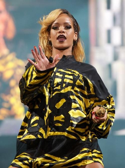 Rihanna Gets Pelted With Crisps At Manchester Concert!