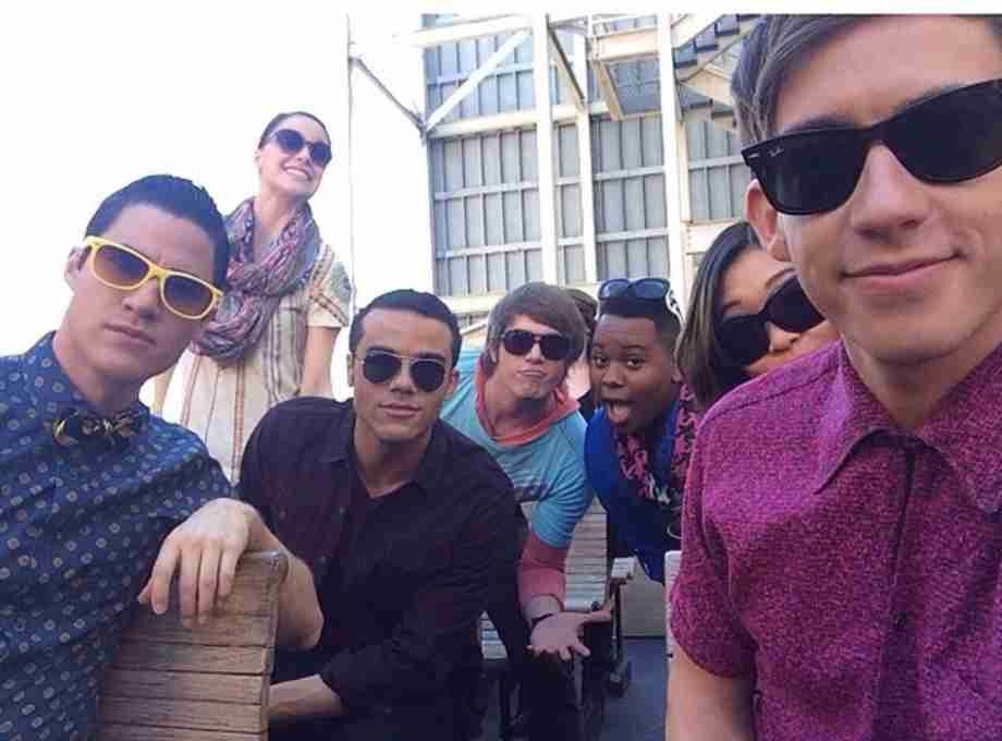 "Glee Loves L.A. - New Sneak Peak Shows The Glee Cast Hanging Out In The ""City of Angels"""