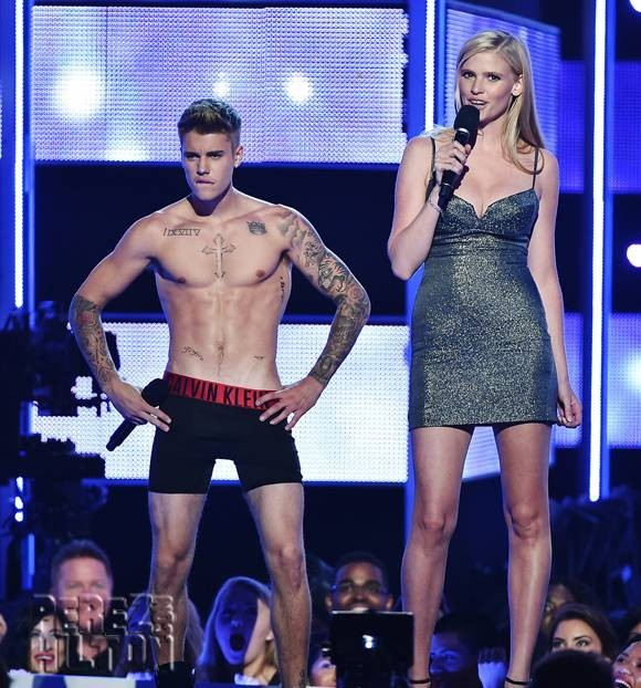 Justin Bieber Booed During Strip Tease At Fashion Rocks Show | Justin Bieber