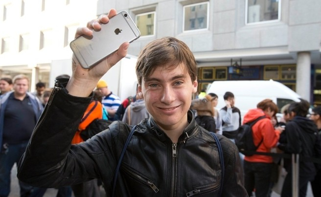 First Person To Buy iPhone 6 In Australia Ends Up Dropping It On Live TV | iPhone 6