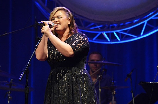 Kelly Clarkson To Host All-Star Holiday Benefit Concert | kelly clarkson