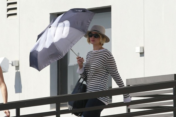 Jennifer Lawrence Lets Her Umbrella Do The Talking: Flips Off The Paparazzi!! | Jennifer Lawrence