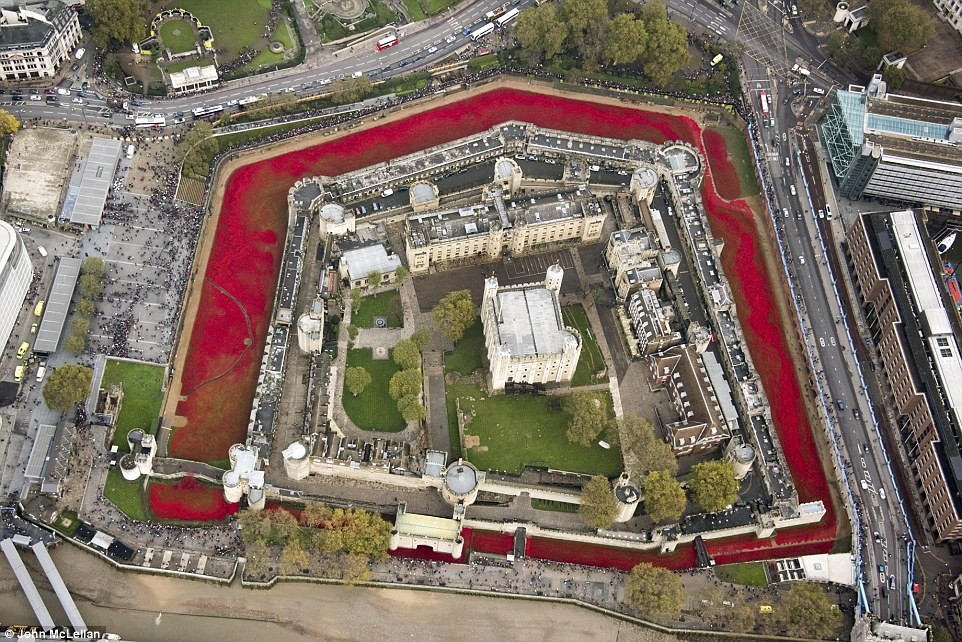 London Commemorates WWI with a Sea of Red Clay Poppies | poppies