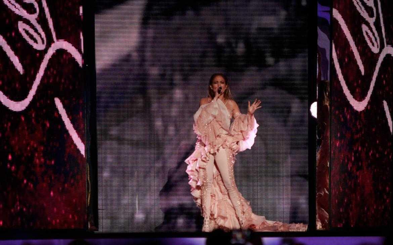Jennifer Lopez Pays Tribute To Singer Selena Quintanilla | Jennifer Lopez