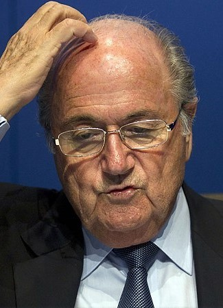 Comedian 'Makes It Rain' On Sepp Blatter During Press Conference | Sepp Blatter