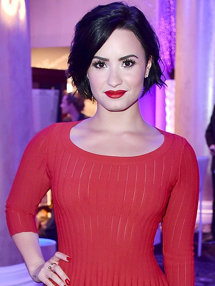 In A Lovely Change Of Pace, Demi Lovato Reads Sweet Tweets Instead Of Mean Ones | Demi