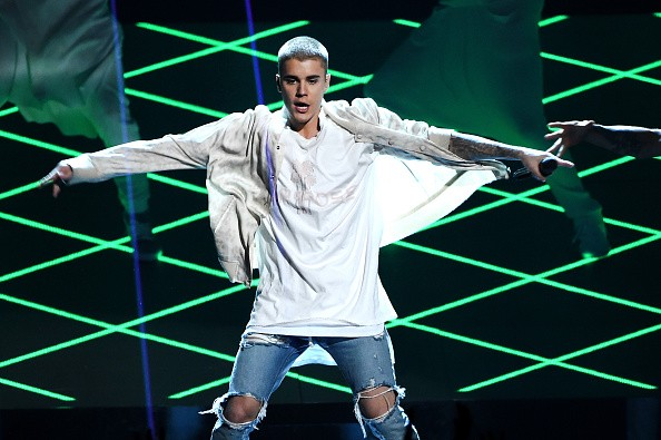 Justin Bieber Storms Off Stage After Fans Boo Him For Giving A Speech | Justin Bieber