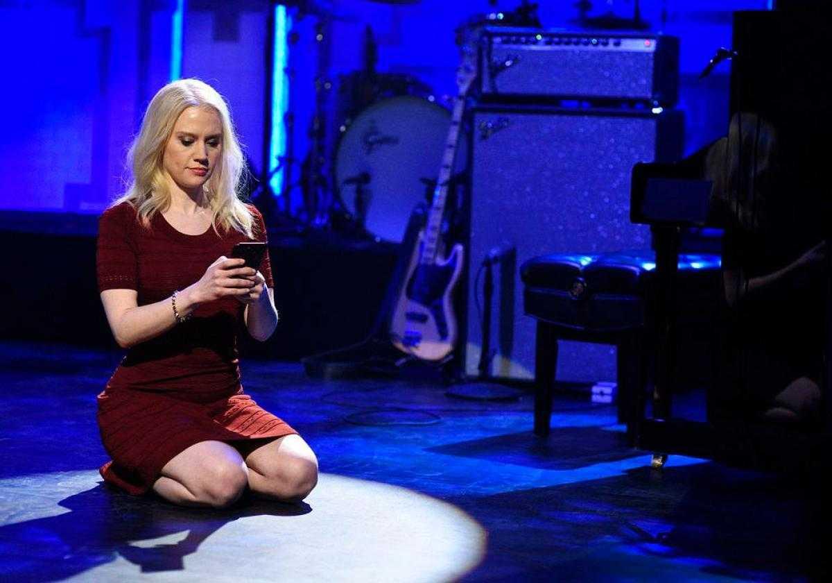 Kate McKinnon Nails Couchgate On SNL   Couchgate