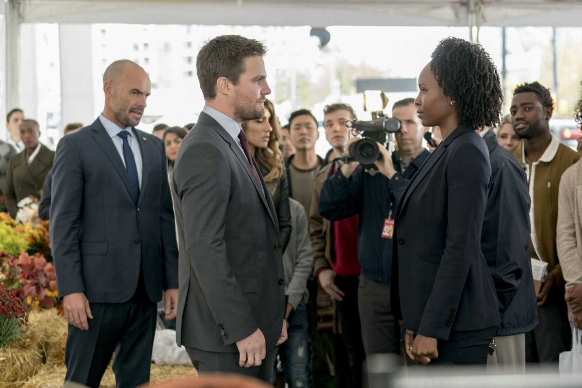 Oliver Queen faces the FBI in Arrow 6x07