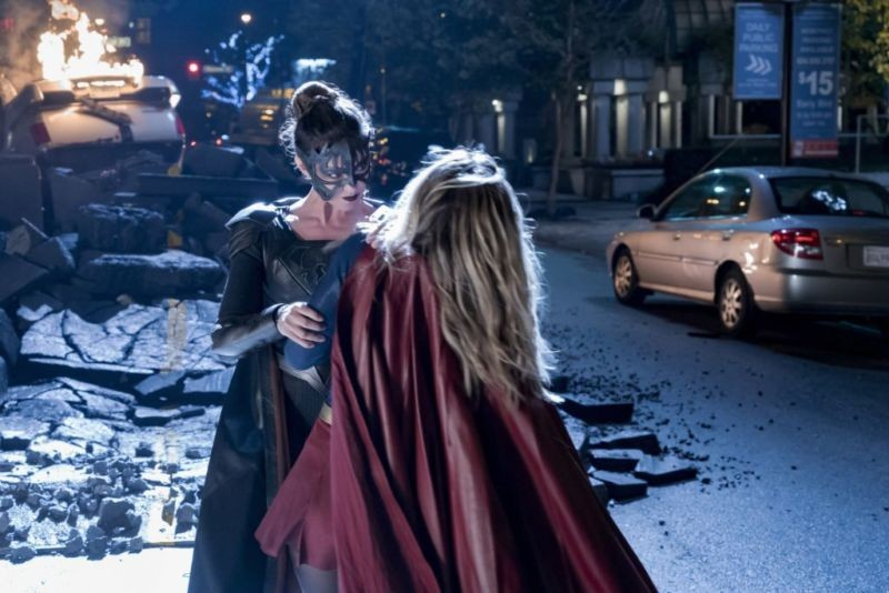 Reign and Supergirl fight in 3x09